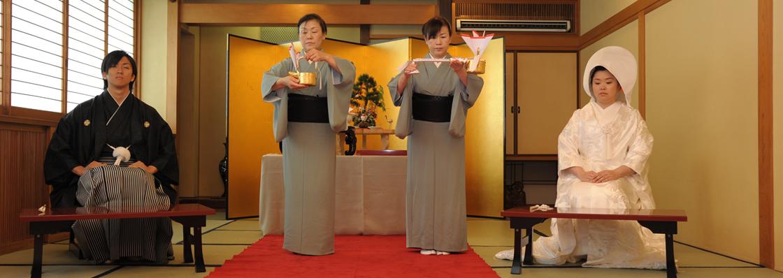 岐阜県大垣市「老舗料亭 助六」で結婚式を行なう新郎新婦。新小笠原流礼法での挙式。