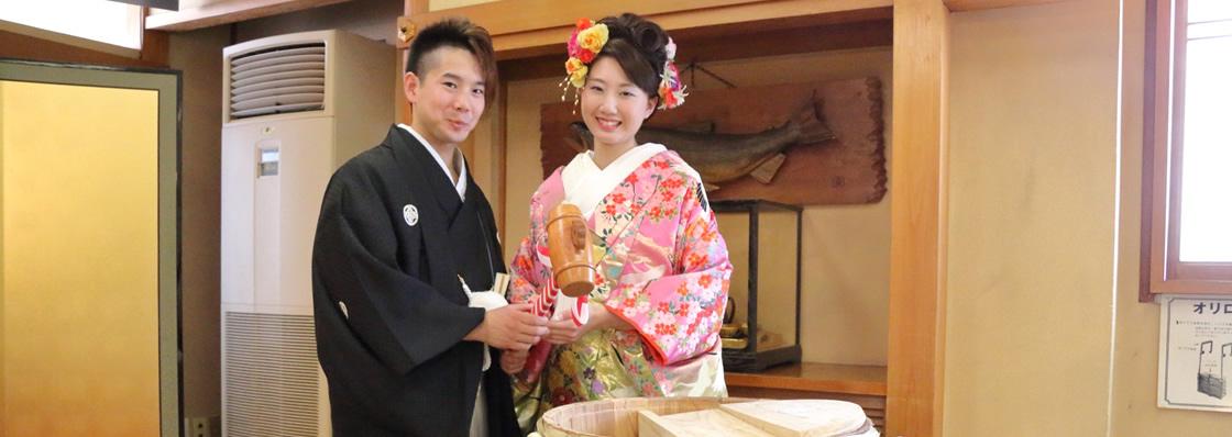 和装した新郎新婦が2人で行なう鏡開き。岐阜県大垣市の老舗料亭助六にて。